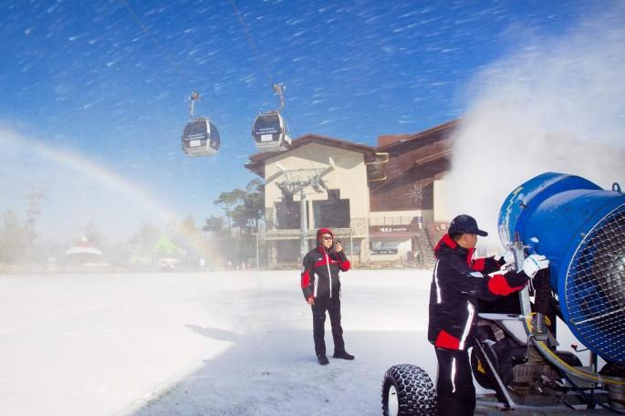 겨울시즌 개막을 앞두고 제설작업이 한창인 하이원 리조트 스키장 - 하이원 제공